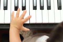 Manos de la muchacha japonesa que juegan un piano imagenes de archivo