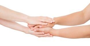 Manos de la mujer blanca que confortan a su amigo cercano aislado en el fondo blanco foto de archivo libre de regalías