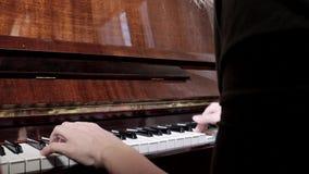 Manos de la mujer cauc?sica que juegan el piano, cierre para arriba, vista lateral almacen de video