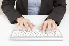 Manos de la mujer con el teclado Fotos de archivo libres de regalías