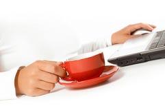 Manos de la mujer de negocios con el ratón y el café fotografía de archivo