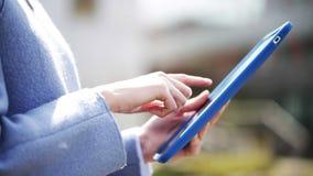 Manos de la mujer de negocios con PC de la tableta en ciudad almacen de video