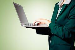 Manos de la mujer de negocios que sostienen el ordenador portátil con el espacio en blanco fotografía de archivo