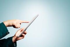 Manos de la mujer de negocios que sostienen la PC digital de la tableta fotos de archivo libres de regalías