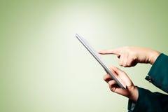 Manos de la mujer de negocios que sostienen la PC digital de la tableta foto de archivo libre de regalías