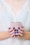Manos de la mujer del primer con la manicura que sostiene la taza Fotografía de archivo