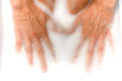 Manos de la mujer en baño de la espuma foto de archivo