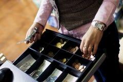 Manos de la mujer en la caja registradora Fotografía de archivo libre de regalías