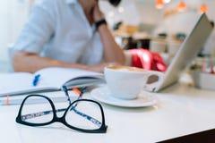 Manos de la mujer irreconocible que se sientan en la oficina coworking y que mecanografía en su ordenador del teclado del ordenad foto de archivo libre de regalías