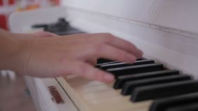 Manos de la mujer joven que juegan el piano viejo almacen de video