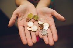 Manos de la mujer joven que sostienen el tarro de cristal con el dinero, visión superior, con el espacio de la copia fotografía de archivo libre de regalías