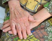 Manos de la mujer mayor - 85 años envejecen Imagen de archivo