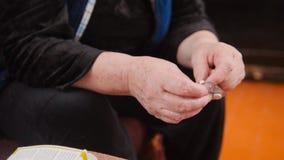 Manos de la mujer mayor con los paquetes de la medicación de las píldoras - atención sanitaria de la pensión Fotos de archivo