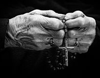 Manos de la mujer mayor con un rosario Imágenes de archivo libres de regalías