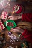Manos de la mujer mayor que hacen el ` hecho a mano s del Año Nuevo o el soldado enrollado en el ejército de la Navidad Fotografía de archivo libre de regalías