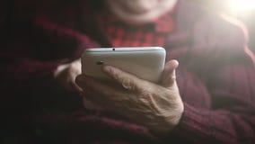 Manos de la mujer mayor y de la tableta electrónica almacen de metraje de vídeo