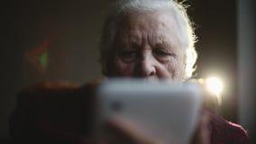 Manos de la mujer mayor y de la tableta electrónica metrajes