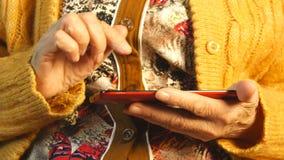 Manos de la mujer mayor y del smartphone Cierre para arriba almacen de metraje de vídeo