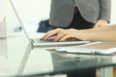 Manos de la mujer de negocios usando el ordenador portátil Fotografía de archivo