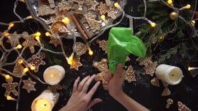 Manos de la mujer Postre hecho en casa tradicional de la Navidad almacen de metraje de vídeo