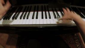 Manos de la mujer que juegan el trapo en la cámara lenta FDV del piano almacen de metraje de vídeo