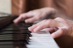 Manos de la mujer que juegan música del piano Imagen de archivo