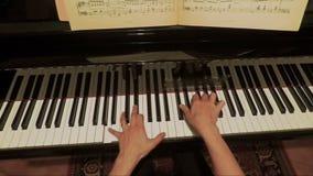 Manos de la mujer que juegan música lenta en el piano FDV almacen de video
