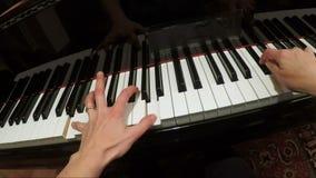 Manos de la mujer que juegan música lenta en el piano FDV metrajes