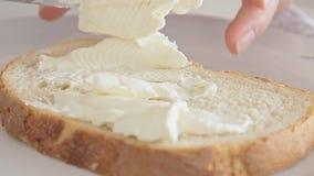 Manos de la mujer que preparan el desayuno y que separan la crema del queso almacen de video