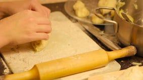 Manos de la mujer que preparan los pasteles hechos en casa almacen de video