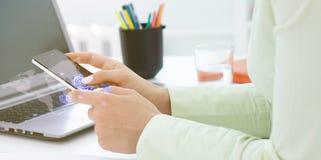 Manos de la mujer que sostiene smartphone con los medios iconos y concepto dibujados mano de los símbolos Imágenes de archivo libres de regalías