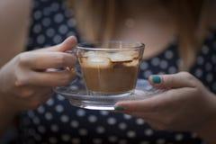 Manos de la mujer que sostienen la taza de café fotos de archivo