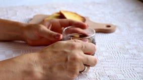 Manos de la mujer que sostienen la taza de té caliente almacen de metraje de vídeo
