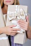 Manos de la mujer que sostienen las actuales cajas Fotografía de archivo libre de regalías
