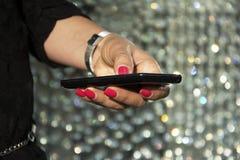 Manos de la mujer que sostienen smartphone Fotos de archivo libres de regalías