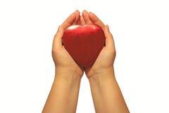 Manos de la mujer que sostienen un encajonado como corazón rojo Foto de archivo libre de regalías