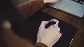 Manos de la mujer que trabajan en la tableta gráfica resbalador metrajes