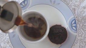 Manos de la mujer que vierten el café en la taza blanca vacía almacen de video