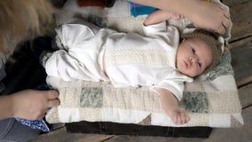 Manos de la mujer y del bebé metrajes