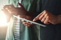 Manos de la mujer y del hombre con PC del smartphone y de la tableta imagen de archivo libre de regalías