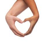 Manos de la mujer y del hombre que muestran forma del corazón Imágenes de archivo libres de regalías