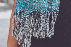 Manos de la mujer de Yong con la bufanda de la cachemira Isla de Bali Foto de archivo