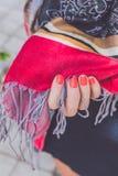 Manos de la mujer de Yong con la bufanda de la cachemira Isla de Bali imagenes de archivo