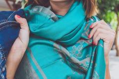 Manos de la mujer de Yong con la bufanda de la cachemira Isla de Bali Fotos de archivo libres de regalías
