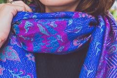 Manos de la mujer de Yong con la bufanda de la cachemira Isla de Bali Foto de archivo libre de regalías