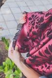 Manos de la mujer de Yong con la bufanda de la cachemira Isla de Bali Fotografía de archivo
