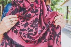 Manos de la mujer de Yong con la bufanda de la cachemira Isla de Bali Imagen de archivo