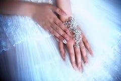 Manos de la novia Fotografía de archivo libre de regalías