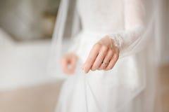 Manos de la novia imagen de archivo libre de regalías