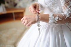 Manos de la novia con la pulsera Accesorios femeninos Fotografía de archivo libre de regalías